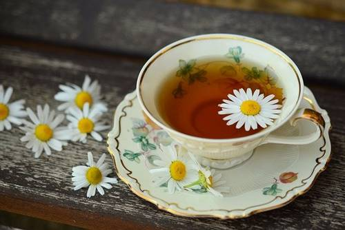 Teetasse mit Kamillenblumen